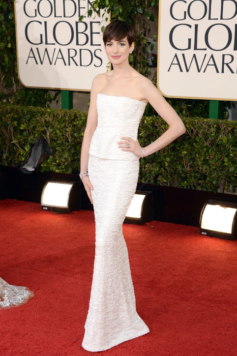 anne-hathaway-chanel-golden-globes-h724