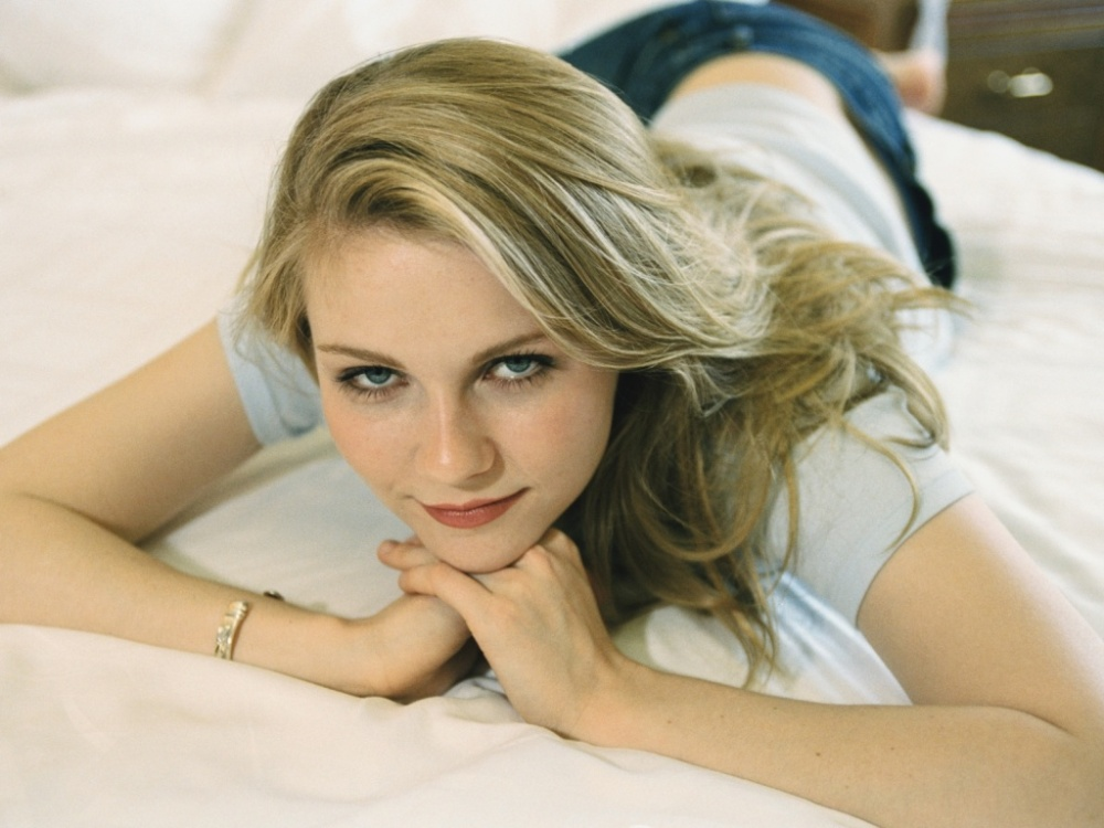 kirsten-lying-in-bed-free-hd-girls-wallpaper